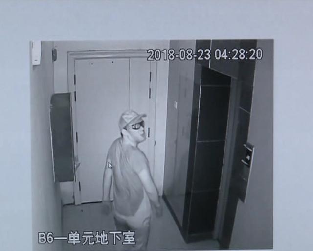 78秒丨济宁一男子戴仿人皮面具盗窃车内...