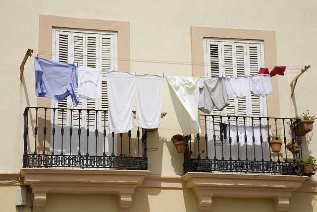 面对回南天,阳台晾晒衣物是个错