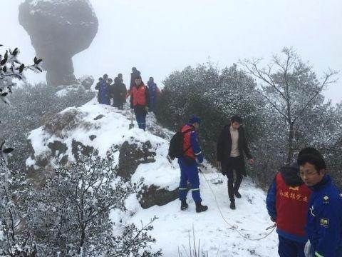 浦江马岭 一群志愿者为市民安全赏雪护航