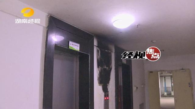 熊孩子玩打火机 点着电梯广告牌后淡定站在旁边看