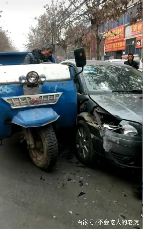 陕西岐山司机道路超速,三轮车和小轿车相撞,网友:这老汉可怜了