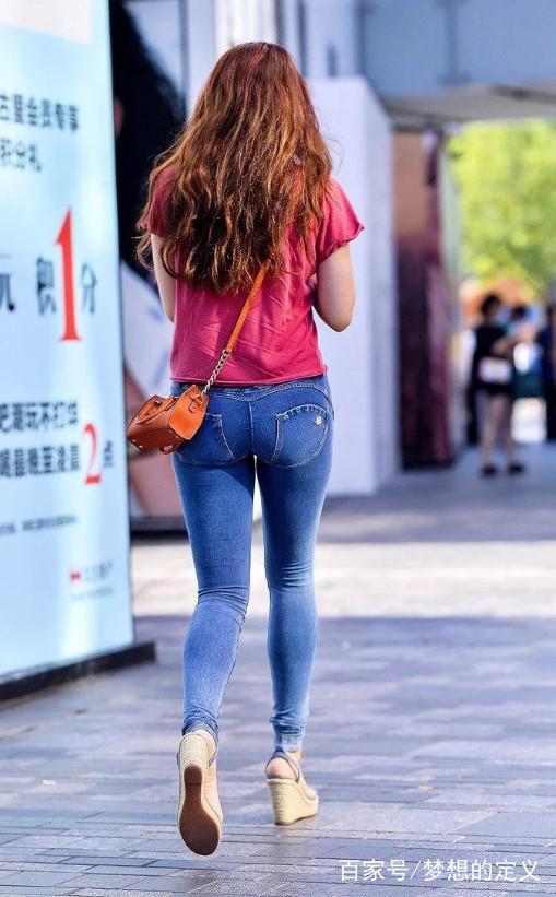 街拍:身材丰腴美女穿紧身牛仔裤,真是别具一格,一番视觉享受!