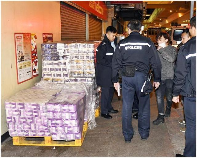 疫情初期持刀搶劫600卷廁紙,香港3名男子被判即時入獄40個月