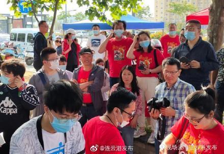 """海濱中學老師統一身著""""魚躍龍門""""紅色T恤"""