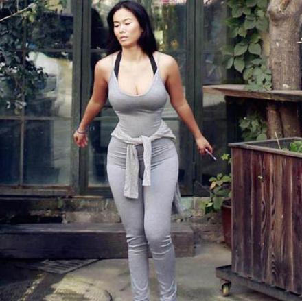 紧身衣让丰满身材更加凸凹有致