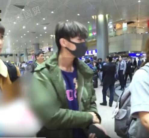 炎亚纶现身机场 发长文道歉,证实自己是同性恋,网友被坦诚圈粉