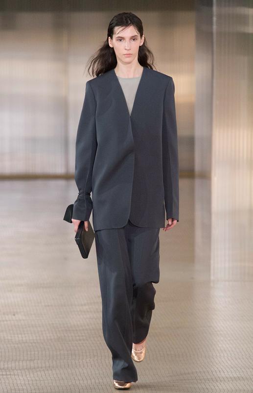 黑色深V領西裝外套和裡面的衣服搭配,更有高級感,值得入手