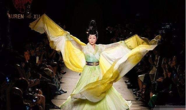 李玉刚一身汉服亮相时装周 老外惊呼:这个姑娘太妖艳