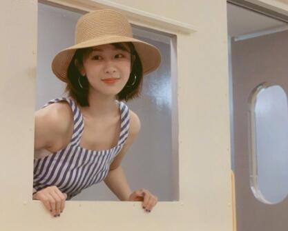 网友偶遇杨紫身穿蓝白条纹吊带裤头戴编制草帽 造型清新