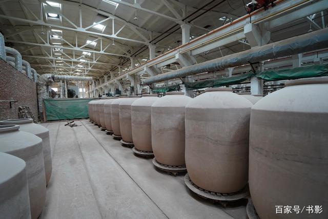 中国最大酒坛厂,生产线每天只能产88只,酒坛王可以装2000斤白酒-名品陶瓷