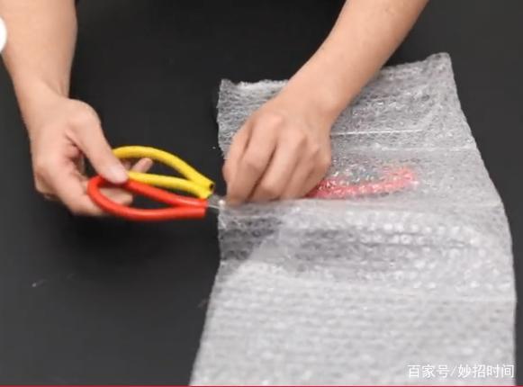 快递气泡膜千万不要扔,放在菜板下面特别实用,下过厨的人都明白