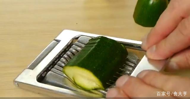 """万能切片机在外国""""火""""了,号称能切所有蔬菜,兰州拉面厨师笑了"""