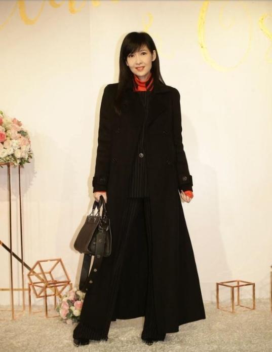 江若琳嫁给富商老公,大金镯子闪瞎眼,冷龄女神