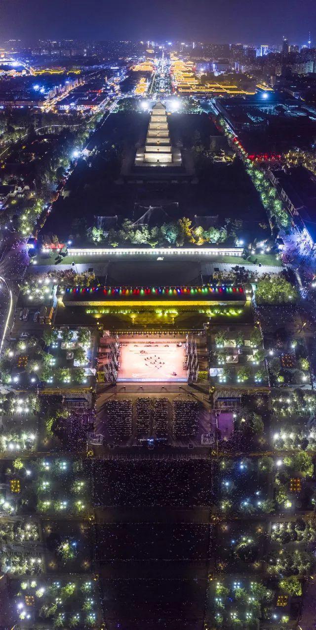 震撼!大雁塔下这场户外公演,吸引五万人凝神静听