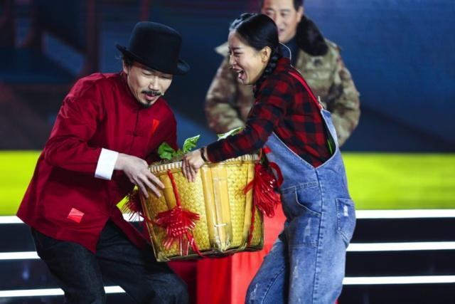 臧鸿飞首次挑战演小品  受邀春晚上演村部里的辩论