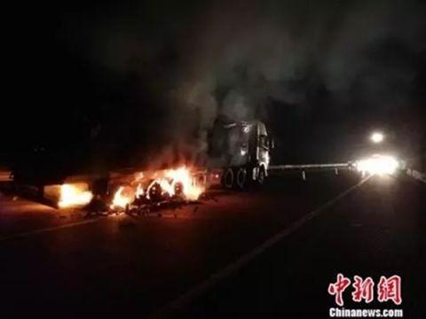 货车着火23吨生蚝被烤熟 记者报道完发现是自家货