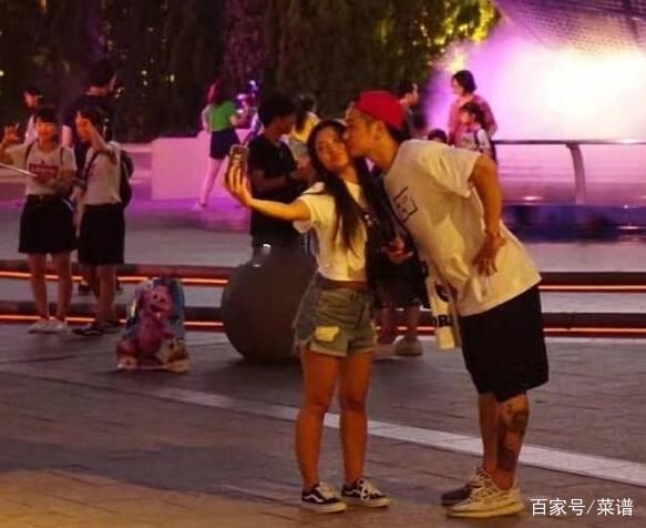 蒋劲夫终于晒女友正面照 只是放这张照片真的是故意的吗?