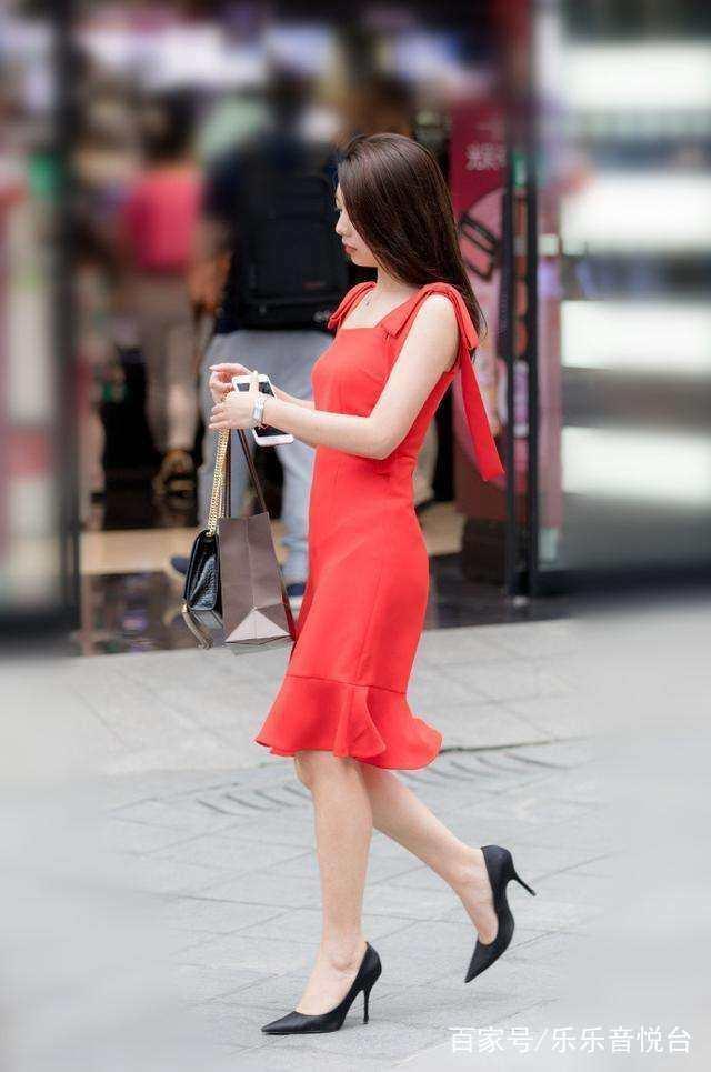 街拍:紧身包臀窄裙展现凸显身材,城市里的小姐姐就是会穿!