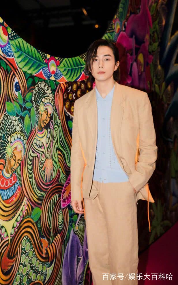 戚薇老公李承铉,身穿一套米黄色的西装,浑身都散发出男性的魅力