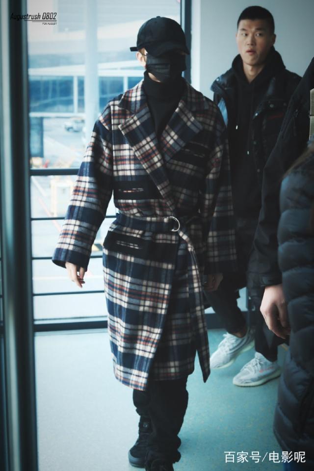明明是一件普通毛呢外套,可粉絲卻覺得蔡徐坤穿出瞭男模的氣質