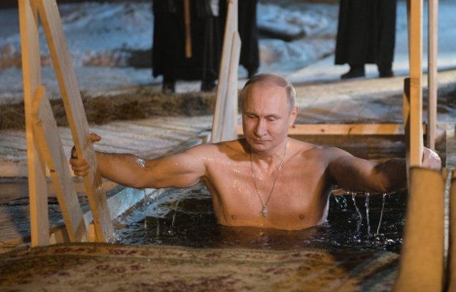 俄总统普京冒严寒冰水中沐浴 秀健硕身材庆祝主显节