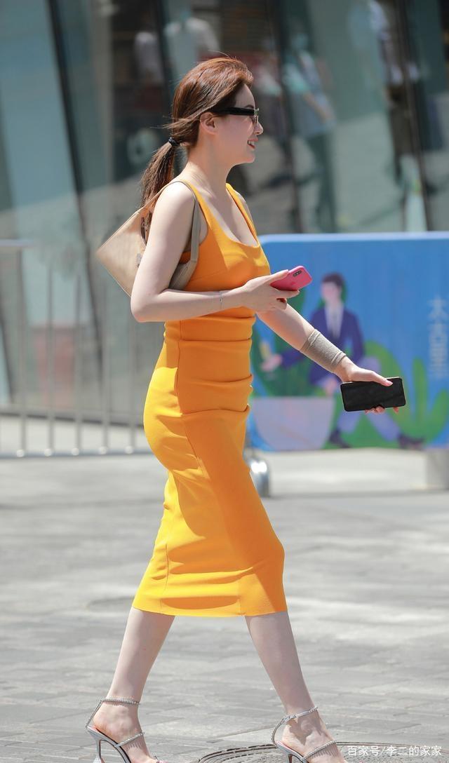 連衣裙的穿搭散發女性的魅力氣質,熱情活潑,點綴青春的美好