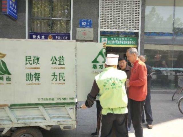民生工程遇尴尬:配送老人餐的三轮车不能上路?