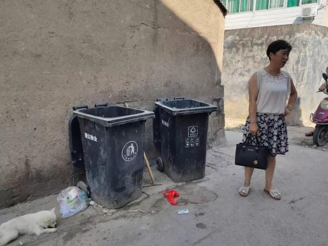 揪心!垃圾桶内发现1名弃婴,脐带未剪!曾有人看到两男子拎蛇皮袋走过!
