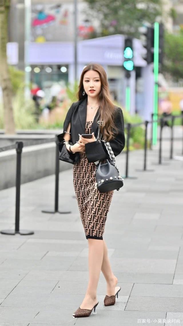 自信的女人在衣服上展現魅力風采,將精致的你完美地展現