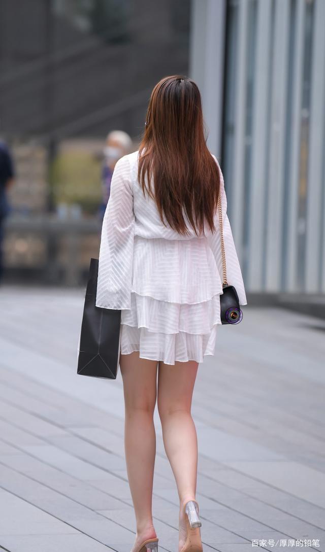 連衣裙的穿搭彰顯個性活力,穿出清新時尚