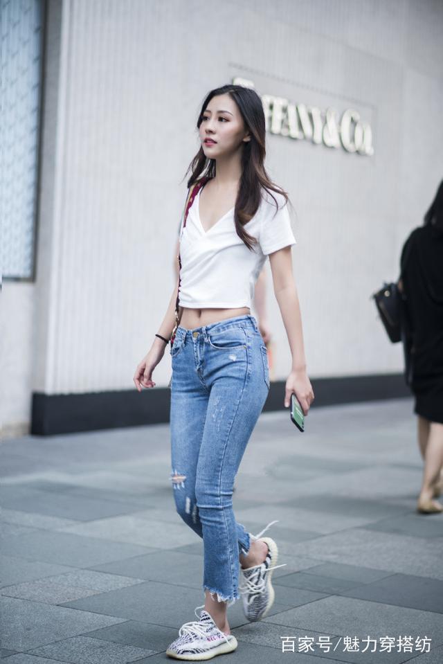 路人街拍:穿露脐装的性感小姐姐,搭配牛仔裤上街魅力十足