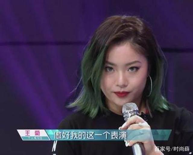杨超越街拍照很从容,身高确实有优势,网友:她旁边的颜值更高!