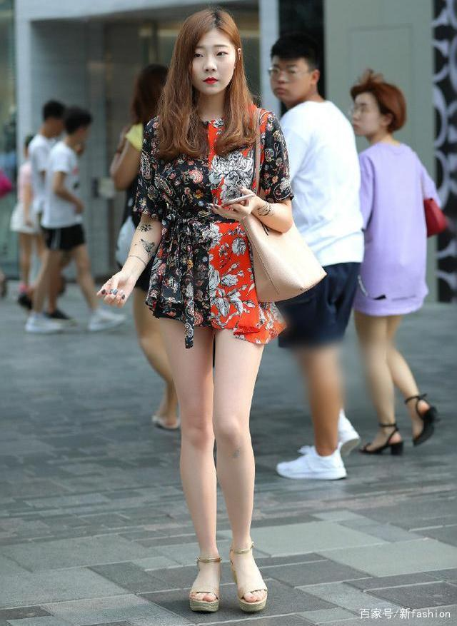 性格女孩夏季的穿搭示范,簡單休閑,高級,有種優雅自信的感覺