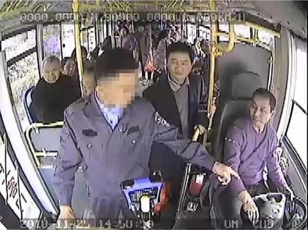湘男子抢夺公交方向盘导致车辆驶离路肩被刑拘