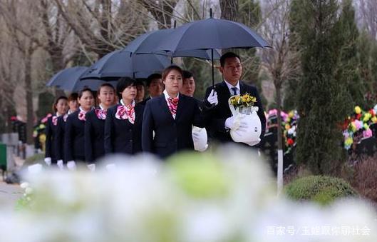 山西出现豪华葬礼,30多人抬着双龙棺出殡,网友:太隆重了