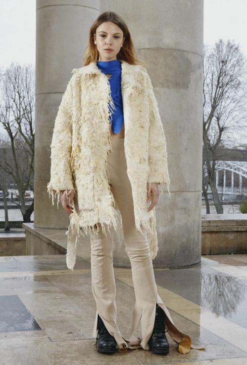 白色外套搭配藍色內搭,衣服的顏值決定瞭,讓你變得越來越美