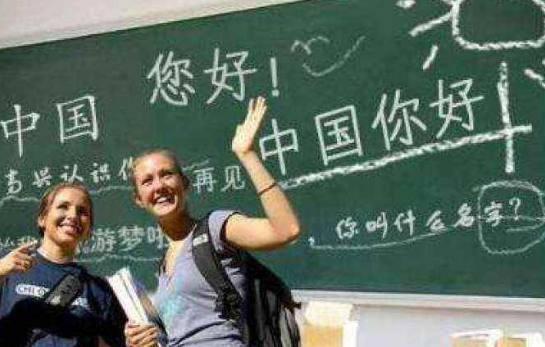 这国几乎人人说汉语,学生都开始念中国古诗词