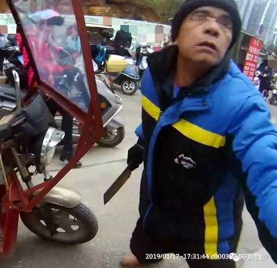 广西百色一男子驾驶无牌三轮车,被拦后还拿菜刀袭警!