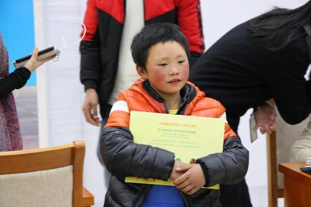 """""""冰花男孩""""王福满北京圆梦 长大后想当警察"""