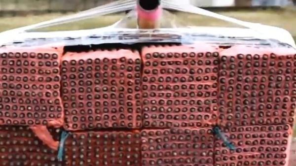外国牛人把1千发冲天炮捆到一起点燃,你才会发生什么?