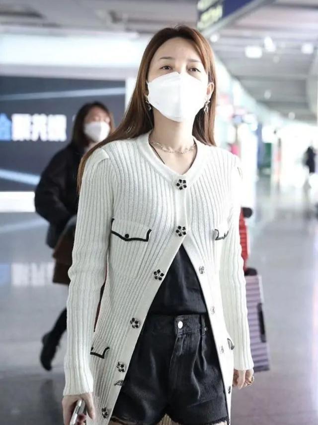 """金莎穿針織開衫亮相機場,扣子隻系兩顆,露出""""豆腐腿""""太吸睛"""