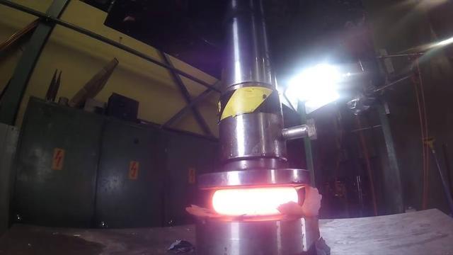 当液压机遇上烧红的1000度金属,谁会被压扁?说出来你都不敢相信