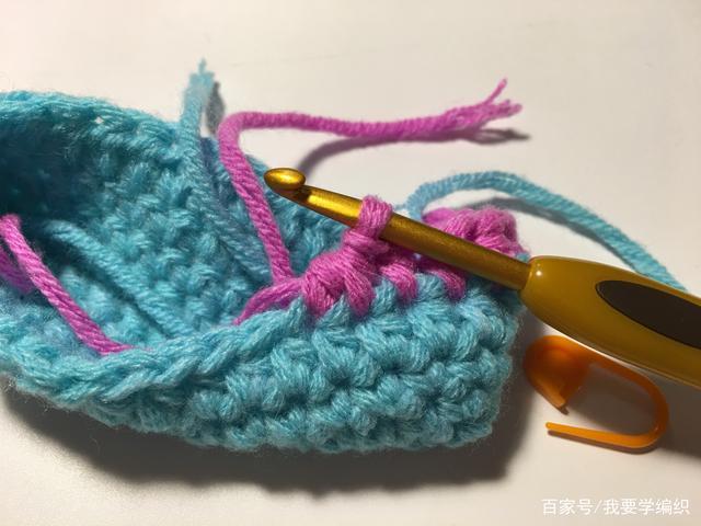 新手也可编织的一款女包,特别适合春夏季节,一款简式彩条手提袋
