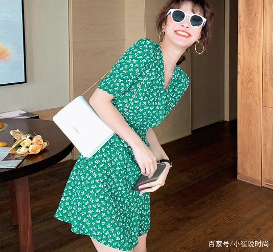 出门想要有回头率吗?那么不妨试试绿色连衣裙的搭配,清爽又时尚