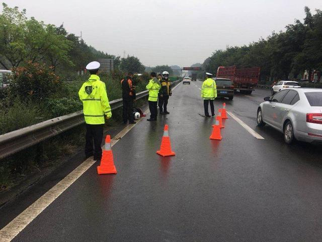 国庆首日摩托车违法闯入高速发生事故