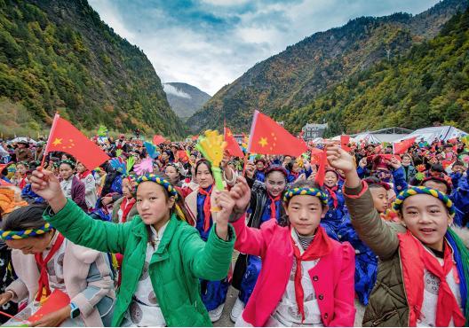 """2018四川红叶生态旅游节正式开幕 主题为""""圣洁冰川·多彩黑水"""""""