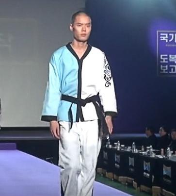 道服也有时装秀,恐怕没几个人会喜欢这种跆拳道道服吧!
