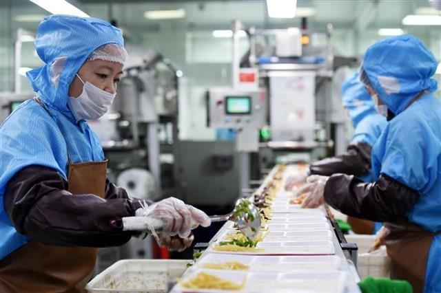 所有盒饭要过金属探测仪,24小时保鲜期一过就扔掉——武汉高铁盒饭是这样出炉的