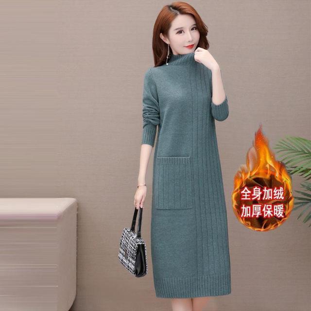 女人到瞭中年,別總穿衛衣!春節就穿針織連衣裙,大氣高雅特迷人