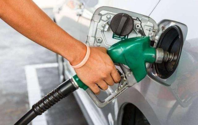 在加油站加完油后,油箱警示灯还在闪?加油站员工:油泵坏了
